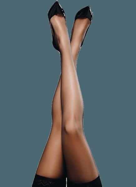 Bacak estetiği vurgusu yapan siyah çoraplı kadın bacağı