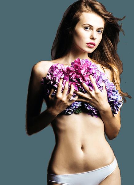 Labioplasti göğsünde pembe ve mor çiçekler tutan kadın