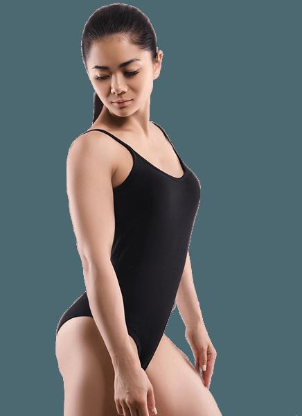Liposuction ile fazla yağları alınmış siyah mayolu kadın