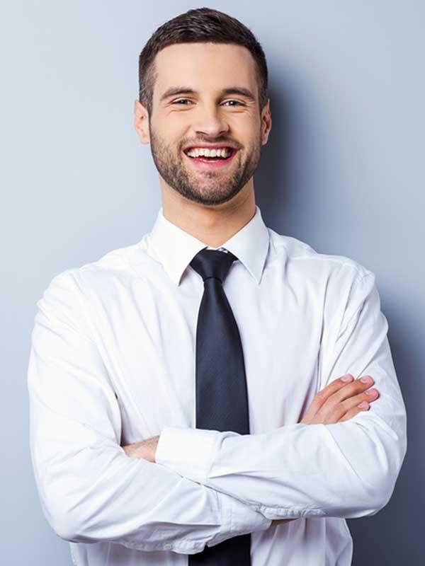 Saç ekimi yaptırmış gülümseyen beyaz yakalı