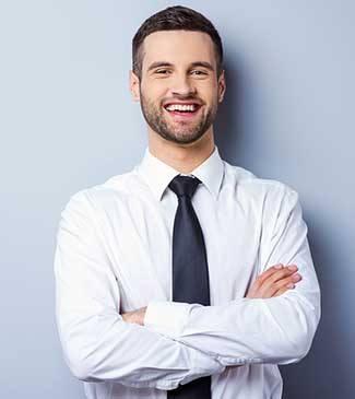 Saç ekimi sonrası gülen beyaz gömlekli genç adam
