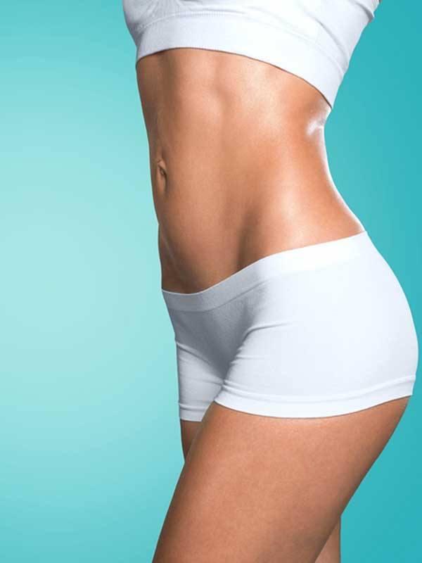 Karın germe ameliyatı sonrası beyaz spor iç çamaşır giymiş kadın